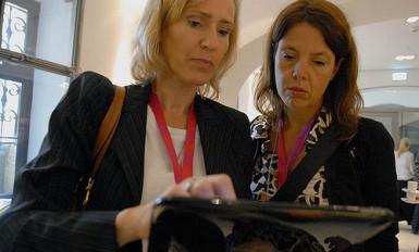 Senhoras a consultar informação num tablet